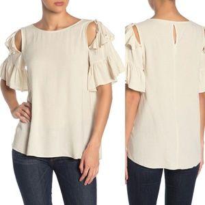Crew neck flounce sleeve blouse.
